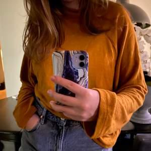 Långarmad tröja i en varm gul färg💛🧡 kan stylas på olika sätt, är använd en gång inte min stil!            Köparen står för frakten📦💗💛