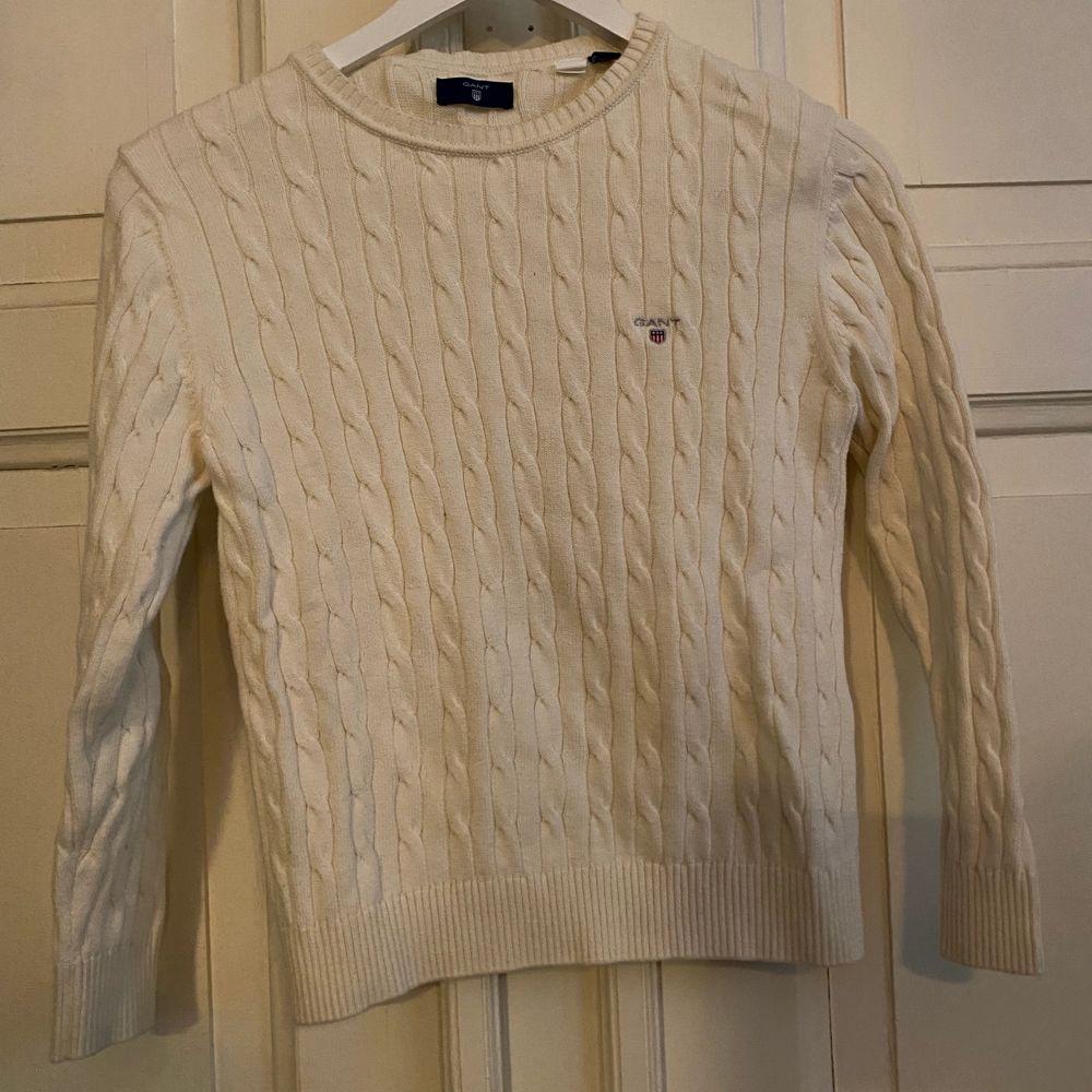 Gant stickad tröja i storlek 146/152 i nyskick. Frakt tillkommer. . Stickat.