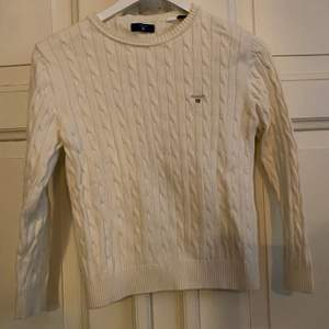 Gant stickad tröja i storlek 146/152 i nyskick. Frakt tillkommer.