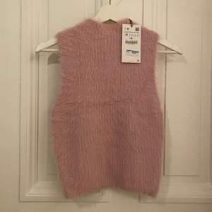 Rosa fluffig väst från Zara! Blev aldrig använd så säljer nu ist! Är helt slutsålt på hemsidan! Frakt tillkommer på 50kr. Högsta bud från 100kr eller köp direkt för 200kr (då är det inklusive frakt)😊 passar xs-M