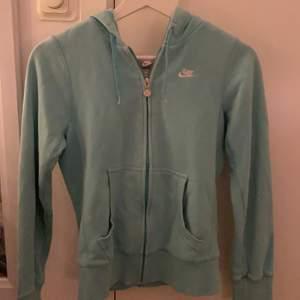 Jag säljer denna blåa Nike zipper hoodie eftersom den inte kommer till användning längre men den är i nästan nyskick, den är ÄKTA. Den är lite oversized och lång så passar mellan storlekarna xs-m. Om någon har några andra frågor hör bara av er!💞💞💞