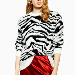 Jag säljer denna snygga svart vita zebra tröjan, den är stickad men den sticks inte alls och är jätte mjuk! Den är lite nopprig men bara använd några gånger. Jag säljer eftersom den tyvär inte kommer till användning längre! Om någon har några fler frågor är det bara att skicka!💞