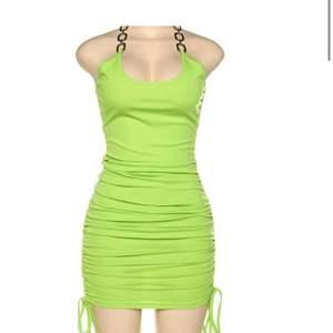 Världens finaste gröna klänning, som jag tyvärr fått inse är för liten :( Justerbar i längden och knyts i nacken (bild 2). Står L på lappen men mer som en XS/S. Frakten ingår om det är snabb affär😁skriv för fler bilder eller om du vill se den på, svår att fota!