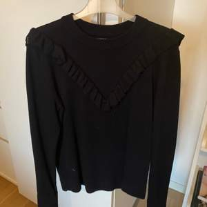 Helt ny tröja från Pieces med en fin volang💕💕 nypris 299, xs men passar s