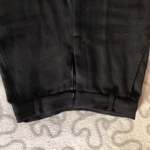 Använda högmidjade kostymbrallor som e assnygga men försmå.