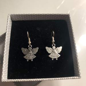 """Säljer nu dessa örhängen med texten på """"Angels watching over me"""" kontakta mig vid intresse🥰"""