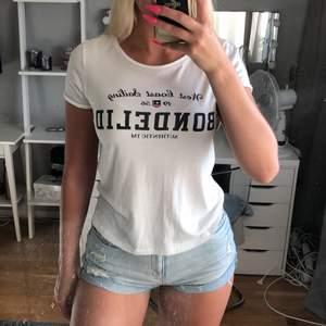 Vit Bondelid T-shirt. Har ej använt den så mycket. Skön i materialet och den är stretchig. Orginalpris 300 kr. Storleken är XS men jag är vanligtvis en M/S. DM för frågor!