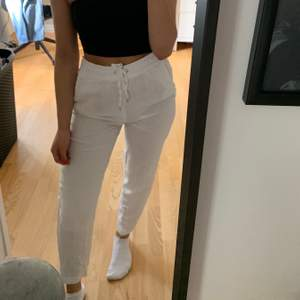 Säljer mina nya vita linnebyxor. Knappt använda och i storlek 34🥰