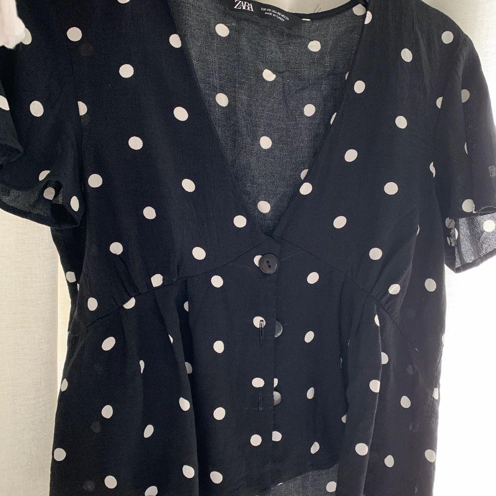 En prickig blus från Zara i storlek XS! Knappt använd och säljer blusen eftersom den inte passar min stil! Frakt tillkommer . Toppar.