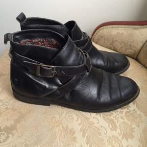 Fina, nätta ECCO-kängor i läder med handgjord sula. Svarta.