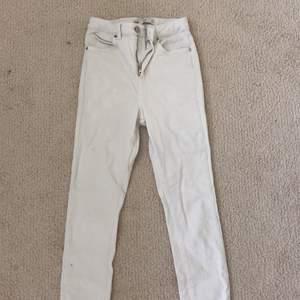 Jätte fina vita jeans ifrån Gina tricot i storlek xs i ett väldigt bra skick.