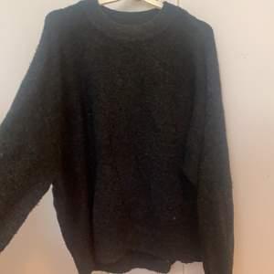 Säljer en mörkgrå stickad mysig tröja från HM. Storlek M, ganska stor i storlek. 40kr , köparen står för frakt.