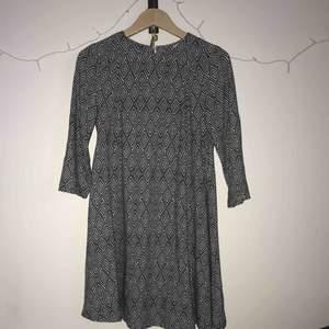 Söt kort klänning från HM. Aldrig använd. Slutar strax ovanför knäna med trekvarts-ärmar. Snyggt med ett bälte i midjan!👍