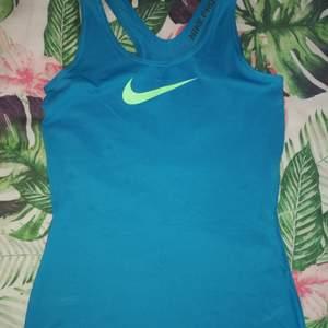 Bild 1 : Storlek S. Nike Pro 150 kr Bild 2 : Storlek M. Långärmad tjocktröja för träning.  Bild 3 : Storlek S. Tunnare långärmad tröja för träning.