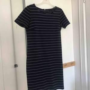 Blå-vitrandig tshirt klänning från Vila. Sitter som en smäck, passar även en M men är framförallt SKÖN!