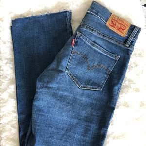 Blå levis jeans i modellen shaping bootcut, W25. Mellan i midjan. Använda men är i fint skick! Köparen står för frakt. Har ni några frågor är det bara att höra av sig!