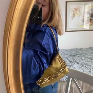 Guldig väska:) Möts upp i eller nära Falun, annars frakt<3