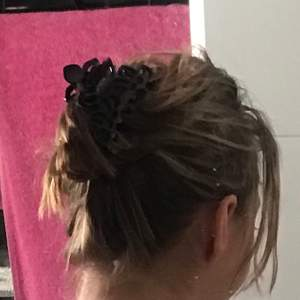 Säljer en svart mellanstor hårklämma, kom med förslag på eget pris i kommentarerna!! 🐋💘🏄♀️