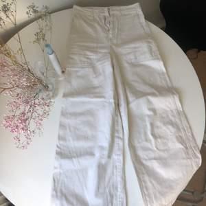 Vita flare byxor från H&M! Sååå snygga på men blivit lite för tajta på mig. Möts upp i Stockholm annars står köparen för frakt ✨