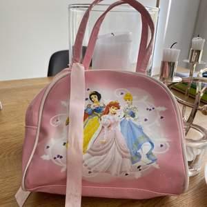 Hej, jag säljer en Disney väska köpt på hm. Så himla fin och perfekt att lägga sina leksaker i. Säljer den för 80kr ink spårbar frakt.