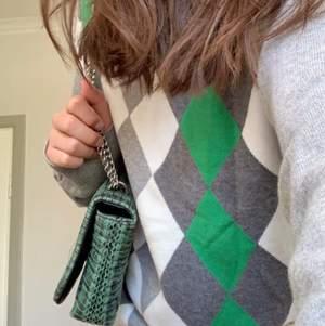 Trendig rutig oversize 80s/90s tröja! Lite fläckig men tror att det går bort i tvätten med vanish?  Buda på, skriv för mer bilder!🥰