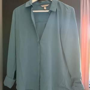 Blå/grön skjorta från h&m, strl.36 💓 använd ca 2 gånger, jättefin till vardags lika så fest! Guld knapp längst upp, köpare står för frakt