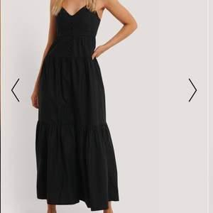 En svart klänning med hjärtformad uringning och svarta knappar ner. Lång maxiklänning.. superfin till restaurangbesök eller de sista sommarkvällarna i augusti ❤️