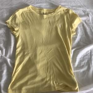 En jättefin T-shirt intrång Ralph lauren i en fin ljusgul färg. Endast använd ett fåtal gånger så den är i ett väldigt bra skick. Tröjan passar mig som är en xs s.