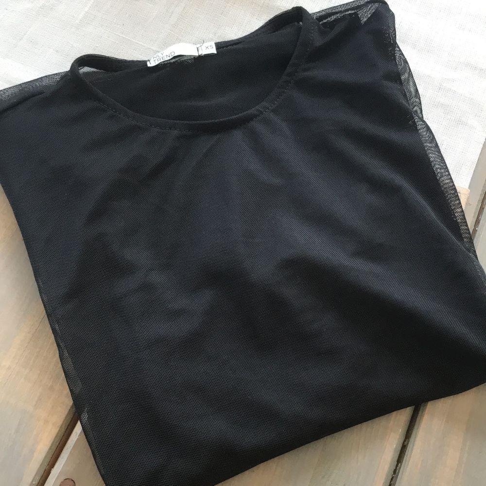 Supersnygg genomskinlig svart topp från Nelly. Supersnygg på fest med en snygg svart bh under, kavaj och ett par kostymbyxor nedtill! 30 kr +frakt. . Toppar.