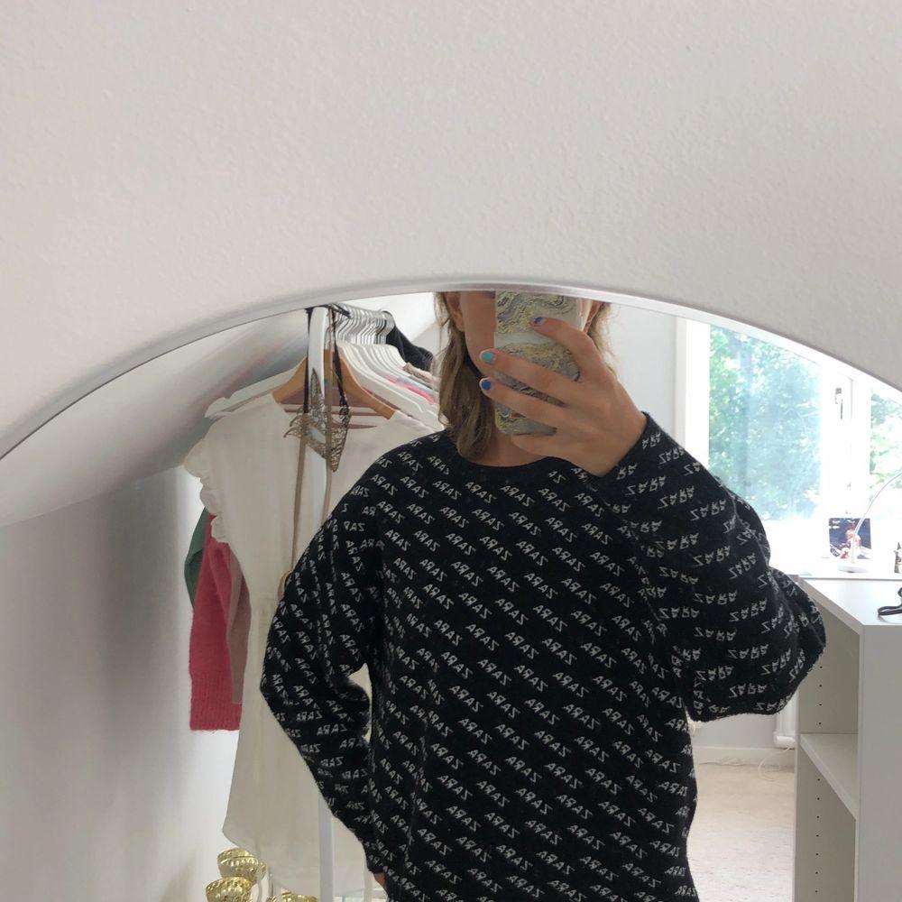 En svart lite tjockare tröja ifrån zara. Tröja är endast använd ett fåtal gånger.. Tröjor & Koftor.