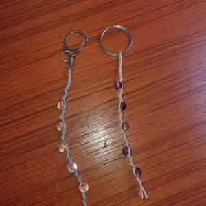 Handgjorda nyckelringar med kristaller/ädelstenar runt 10cm långa går att få i andra färger om man vill 40kr och 10kr i frakt