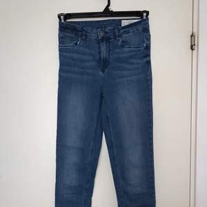 Blåa jeans. Hämtas upp eller fraktas. Köparen står för frakt. Frakten ligger på ca 40kr. Skicka privat för bättre bild.