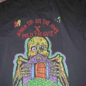 Yeezy x XXXTentacion tshirt i storlek L Pris: 1199 :-  (frakt ingår)