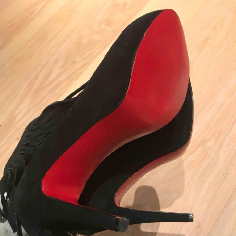 Nypris 23 000kr, helt nya, ändats använda inomhus en kväll. äkta Christian Louboutin skor. Ankel Boots Fringe . Skor.