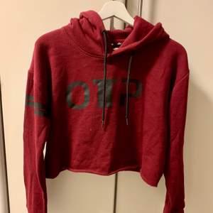 Superskön croppad sweatshirt som är snygg att ha till höga träningstights🤩 storlek M men passar xs-m beroende på hur man vill ha den!❤️ 130 INK frakt