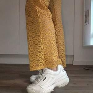 Säljer mina ett år gamla fila distruptors! Skorna har lite synliga tecken på användning men de fungerar utmärkt!💫💫Storleken är 38, men lite små i storleken!