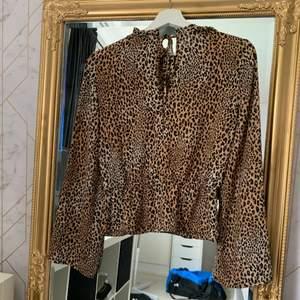 Jag säljer en jätte fin leopard blus från H&M för att jag inte använder den längre. Den är knappt använd och i ett fint skick. Köparen står för frakten.