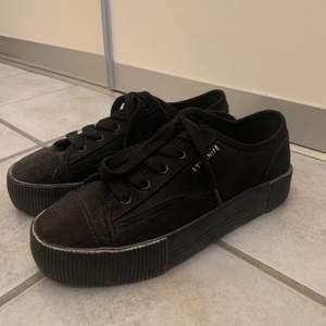Svarta skor från h&m i storlek 38 🖤 Skorna är i fint skick och är sparsamt använda. 100kr+frakt