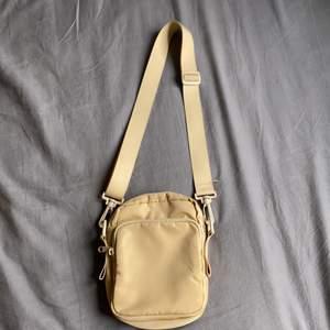 Superfin väska med 2 fack från monki, aldrig använd! Pris kan diskuteras!