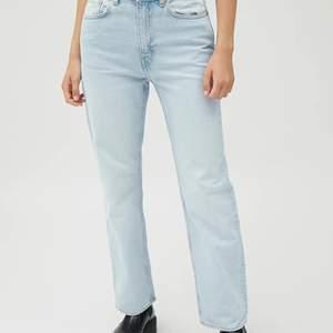 Ljusblåa assnygga jeans från weekday, lite uttöjda annars jättebra skick.