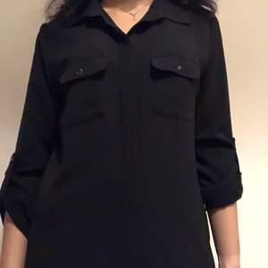 Elegant svart skjorta. Har aldrig använt. Om du beställer fler kläder från mig behöver du inte betala frakt separat för alla produkter❗️❗️