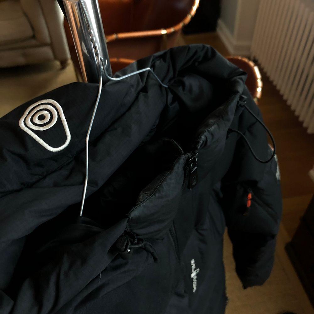 Sail Racing M Cape Down jacka. Försiktigt använd och i bra skick. 5st fickor varav en är på insidan av jackan. Justerbar huva, armar och längst ner vid midjan. Rätt stor i storleken så passar M också. Ny pris 3500kr. Pris kan diskuteras vid snabb affär.. Jackor.