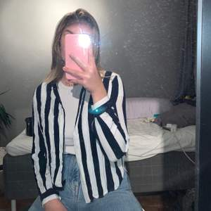 Blå/vit skjorta i storlek S från monki, knappt använd då den är alldeles för kort i ärmarna för mig.✨ ( har nästan alltid svårt att hitta tröjor/jackor som är lagom långa då jag har lite längre armar men också i helhet är längre är medellängd av tjejer.             Skjortan går att använda både knäppt men också öppen med en tröja under✨
