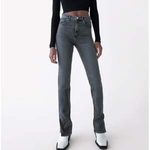 Populära split jeans från zara. Oanvända i storlek 36, köparen står för frakt💕