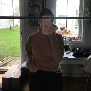 Orange-rosa kashmir tröja från Lamberto Losani. Vädligt bra skick och mjuk och skön. Nypris ca 1000kr. Köparen står för frakt.