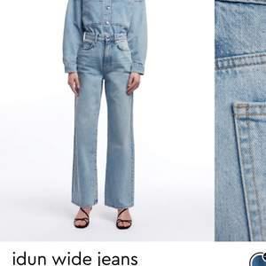 Säljer dessa slutsålda wideleg jeans från ginatricot. Perfekt wash och supersnygg modell. Mycket sparsamt använda och skicket är helt som nytt. Lagom långa för mig som är 175cm💞💞 Nypris 599kr