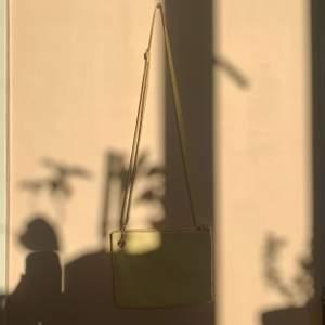 Liten citrongul väska från monki. Har två fack och är jättegullig! Använd en gång men har fläckar från tuschpenna på ett ställe på remmen.