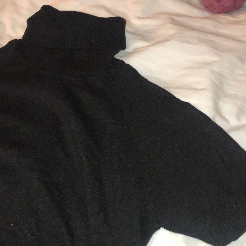 Svart fin kortärmad polotröja från MANGO. I ull och bomull. 90 kr inkl frakt.. Tröjor & Koftor.