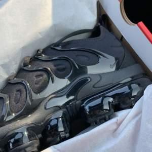 Säljer dessa väldigt fina nike vapormax skorna. Aldrig använda då jag köpte fel storlek!! Köpta för 2200 säljes för 1500. Ni kan även buda. Storlek 39. Kan användas av både killar och tjejer