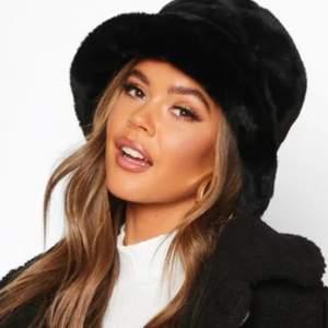 Säljer denna svarta buckethaten från Boohoo, går ej att köpa i svart via deras hemsida längre. Skriv i chatten för fler bilder/frågor! 🖤